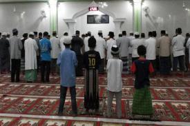 Wah, Hal Ini Justru Membuat Tidak Khusyu Saat Shalat Berjamaah Di Mesjid