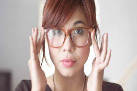 Waspadai Timbulnya Jerawat Karena Kacamata yang Sering Dipakai