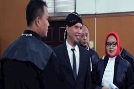 Gaya Berpakaian Ahmad Dhani di SIdang Pengadilan Jaksel, Takut Gayanya Ditiru Jokowi