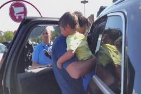 Petugas Pemadam Kebakaran Berhasil Menyelamatkan Bocah 2 Tahun yang Terkunci di dalam Mobil yang Panas