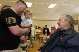 George H.W. Bush Dirawat di Rumah Sakit dengan Tekanan Darah Rendah